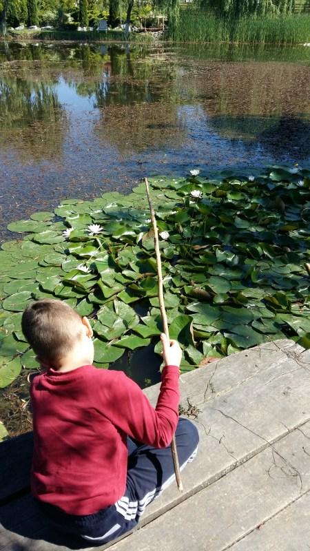 copil la pescuit